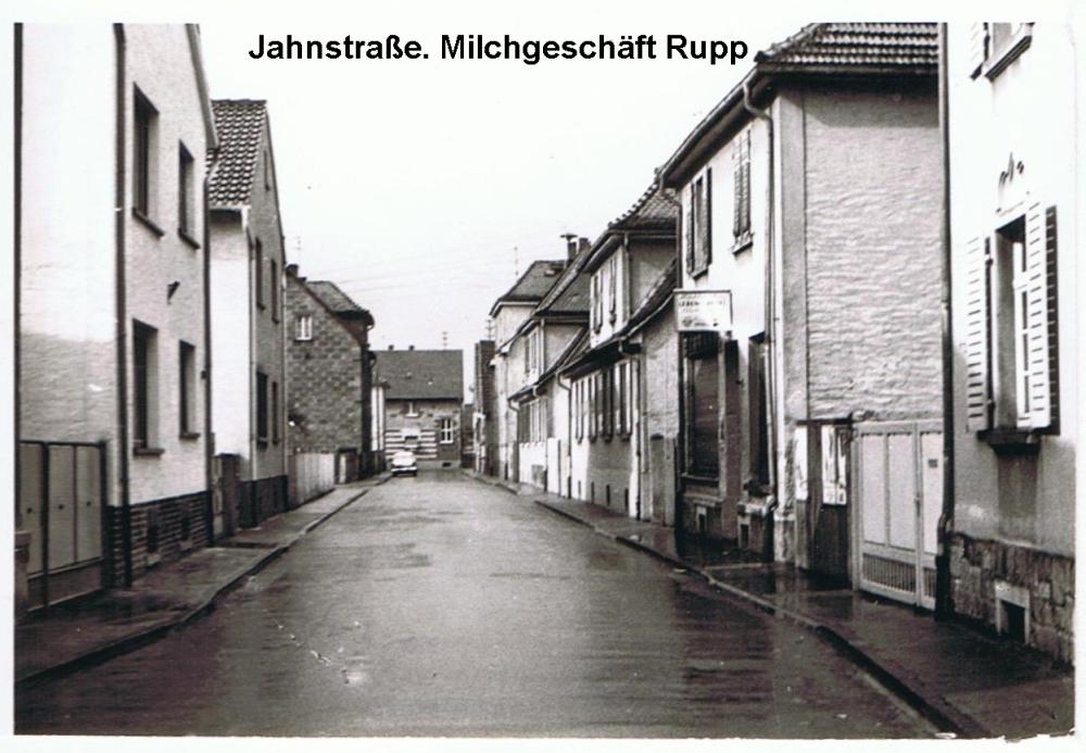 Blick_in_die_Jahnstrasse_rechts_Milchgeschaeft_Rupp
