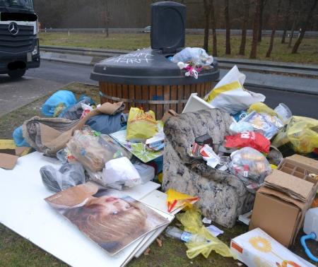 Müll auf dem Parkplatz der B45. 2.3.2015