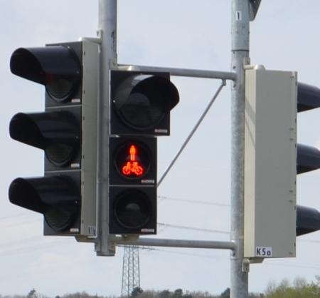 Die Ampel zeigt Fußgänger und Fahrrad