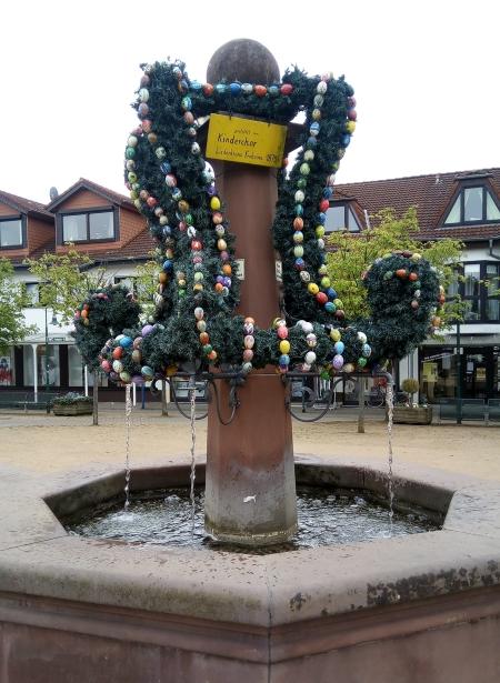Stadtbrunnen. Ostergrüße an die Bürger.