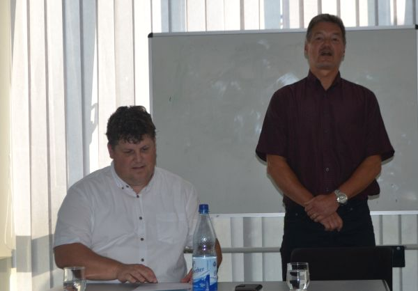 Karsten Falk (sitzend). Bürgermeisterkandidat Karsten Falk für Rödermark.