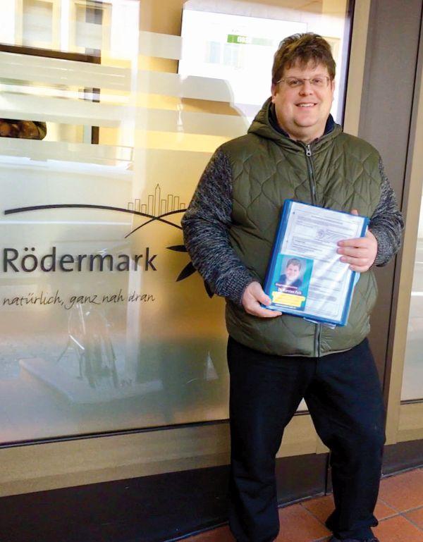Karsten Falk mit den Unterstützerunterschriften