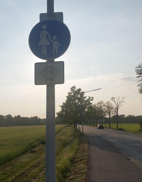 Fußweg nach Messenhausen jetzt frei für Radfahrer.