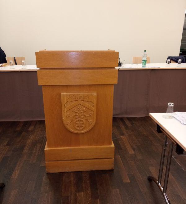 Rednerpult. Stadtverordnetenversammlung.