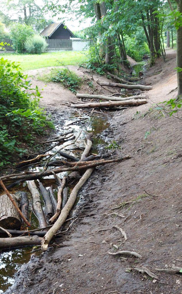 Zum überqueren des Entwässerungsgrabens