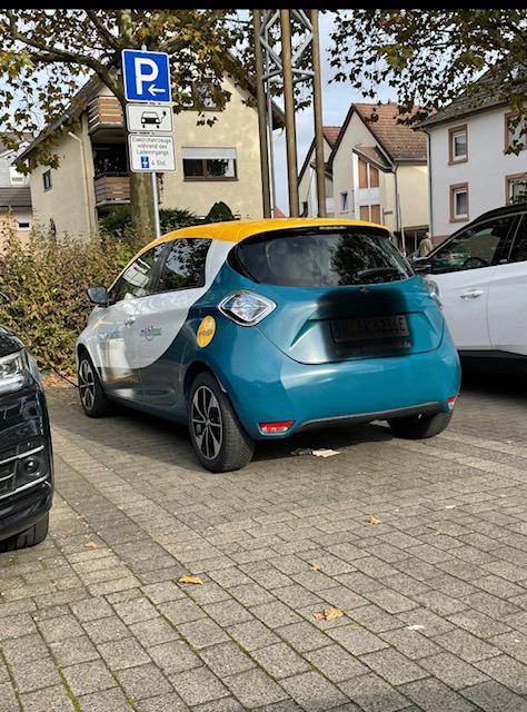 17.10.2021 Elektroauto vor der Ladestation. Nachmittags